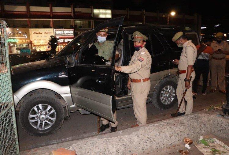 prayagraj news : गाड़ियों की छानबीन करती पुलिस।