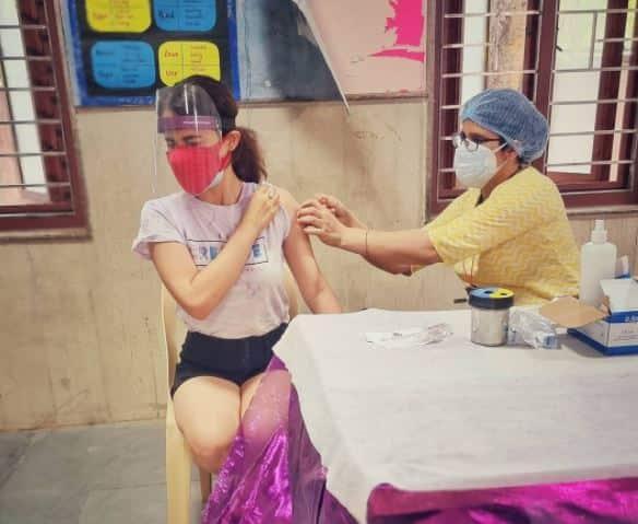 एक्ट्रेस राधिका मदान ने लिया कोविड वैक्सीन का पहला डोज़, लोगों से की वैक्सीन लगवाने की अपील