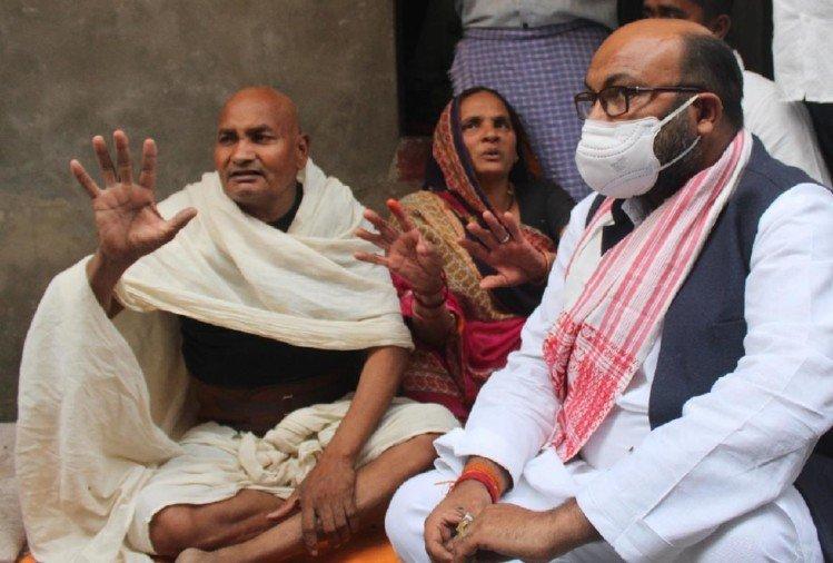 फल विक्रेता की हत्या के बाद कांग्रेस के प्रदेश अध्यक्ष अजय सिंह लल्लू परिजनों से मिलकर सांत्वना देते हुए।
