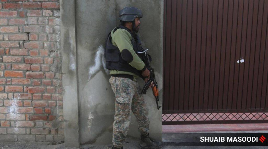 जम्मू और कश्मीर: मिलिटेंट ने रात भर चली गोलीबारी के बाद शोपियां में मस्जिद के अंदर आग लगा दी