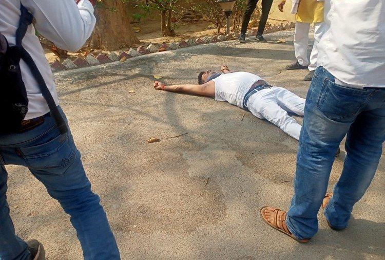 pratapgarh news : डीएम आवास के सामने सड़क पर लेटे भाजपा विधायक धीरज ओझा।