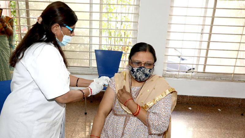 लोक निर्माण विभाग के अमले का कराया गया टीकाकरण