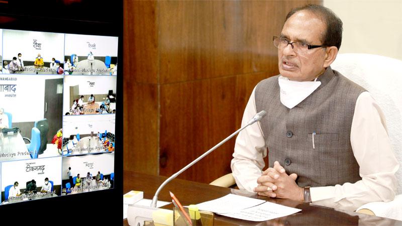 स्वास्थ्य कर्मी जान जोखिम में डालकर लोगों की जान बचा रहे हैं- मुख्यमंत्री श्री चौहान