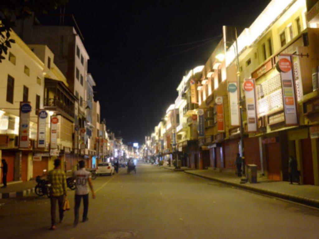 Night curfew in UP: यूपी में कहां नाइट कर्फ्यू? किन जिलों में लग सकता है? क्या हैं गाइडलाइंस जाने सब