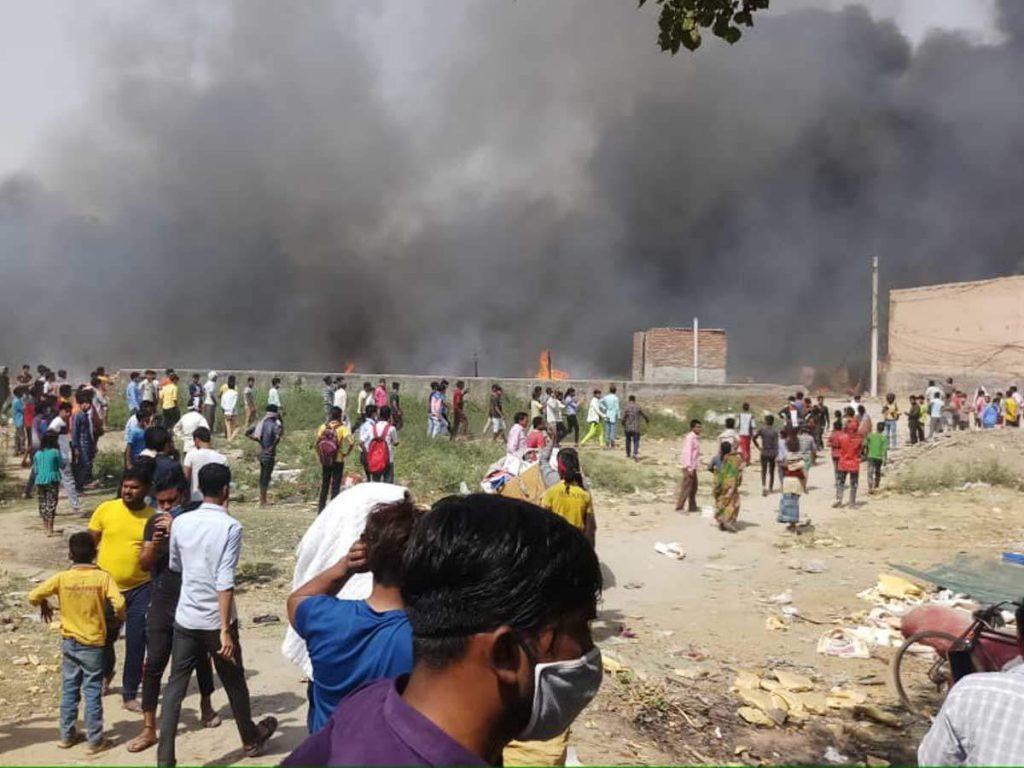 Noida Fire News: नोएडा की झुग्गियों में सिलेंडर फटने से भीषण आग, दो बच्चों के शव मिले, बाकियों की तलाश जारी