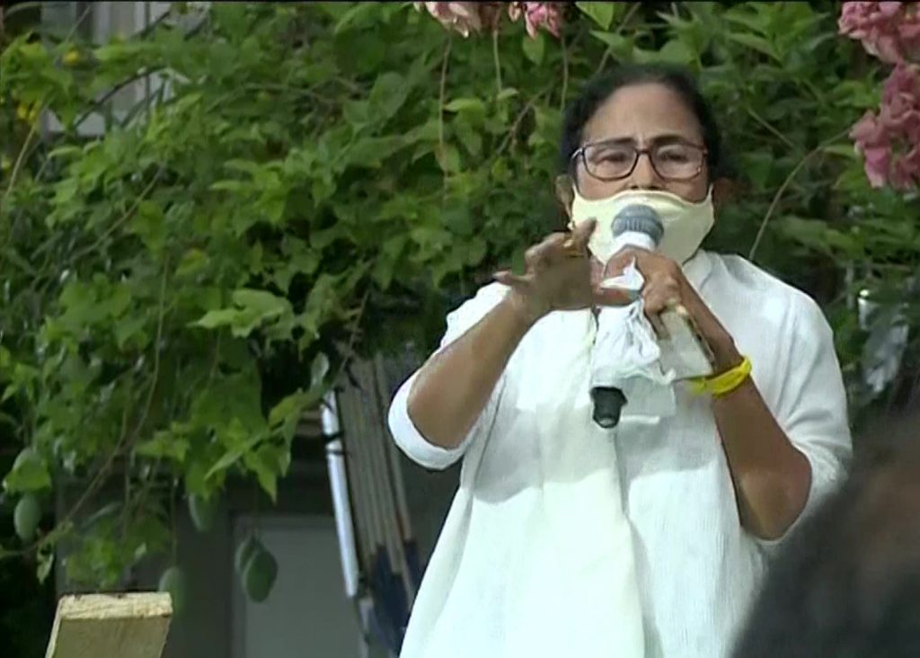 ममता बनर्जी ने बंगाल जीतने के तुरंत बाद अपनी व्हीलचेयर खोदी