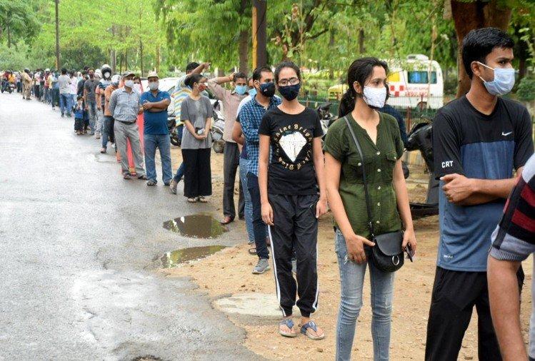 prayagraj news : सोमवार को मेडिकल कालेज स्थित सेंटर में वैक्सीन लगवाने के लिए अपनी बारी के इंतजार में लाइन में लगे लोग।