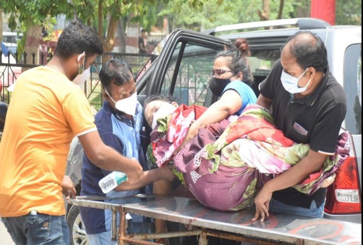 prayagraj news : एसआरएन में मरीज को भर्ती कराने लेकर आते परिजन।